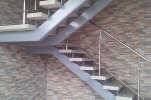 U kujuga ja kahe tugitalaga trepp roostevaba piiretega